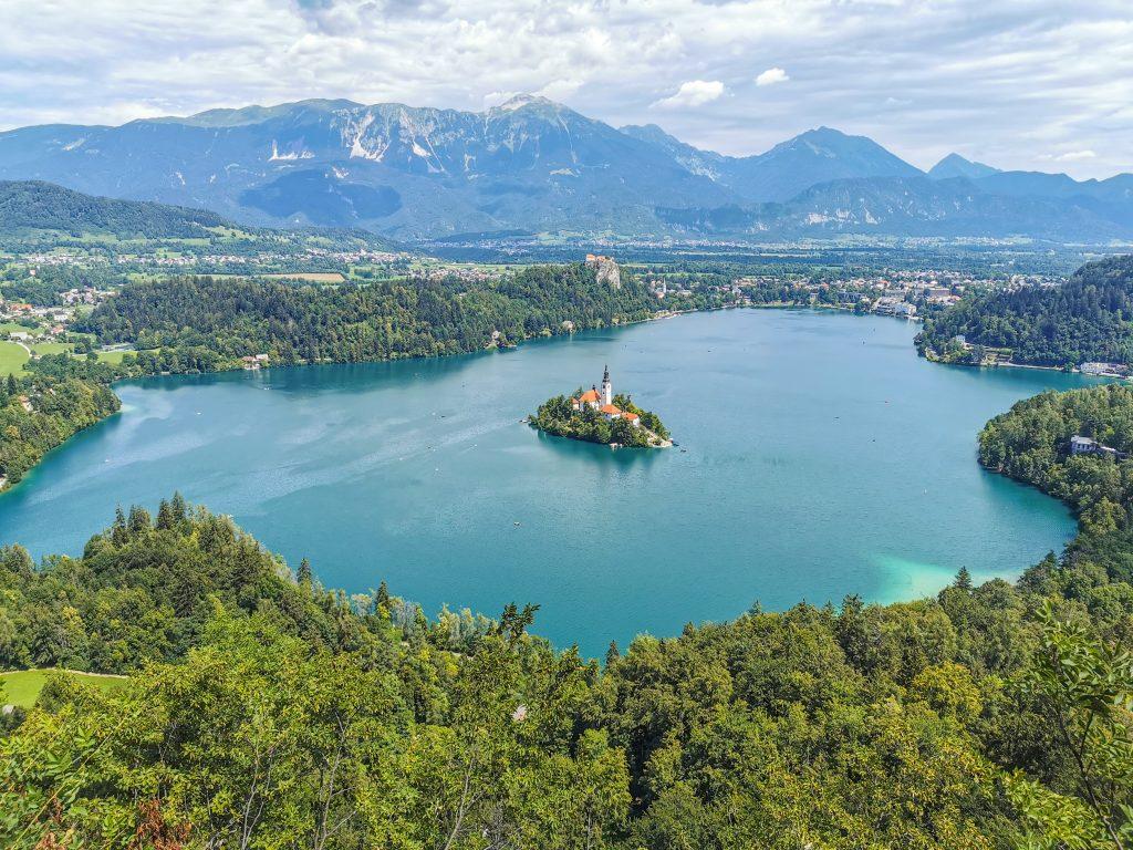 Mala Osojnica - Výhľad z vrcholu na Jazero Bled s kostolíkom uprostred