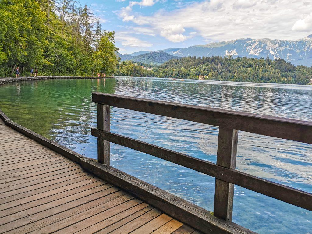 Prechádzka po promenáde okolo jazera