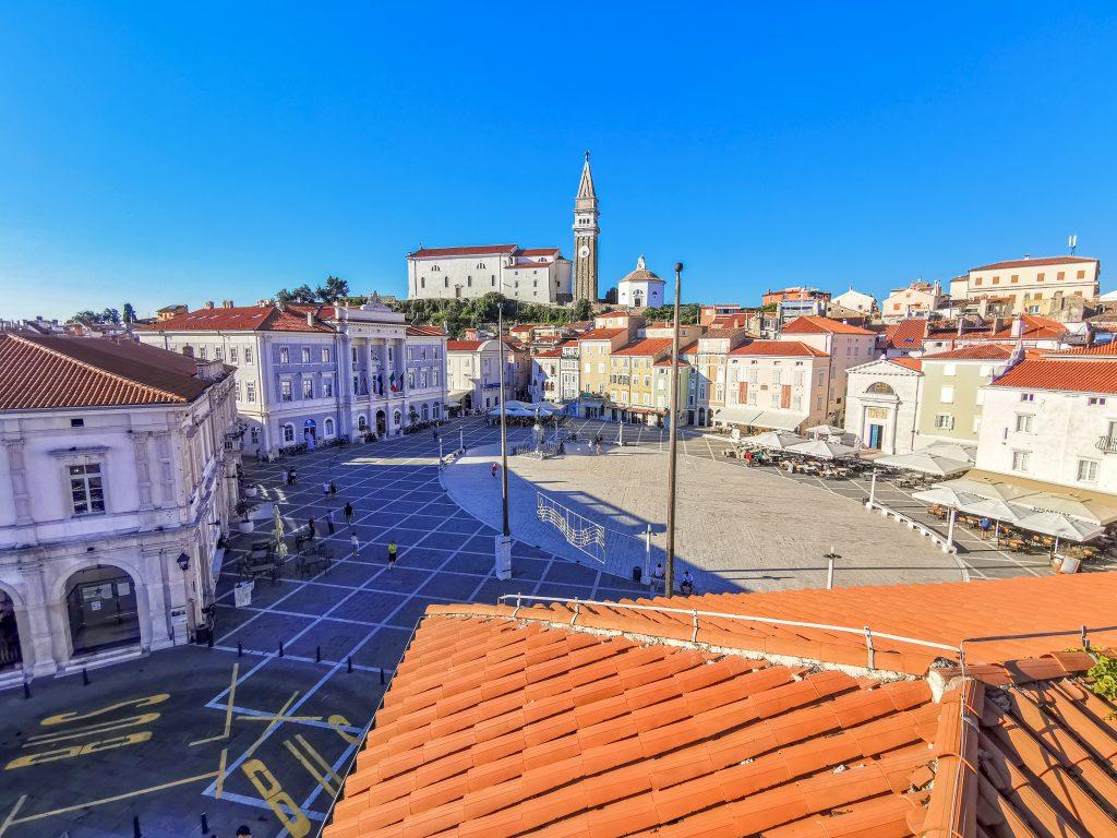 Výhľad na námestie Tartini z hotelovej terasy