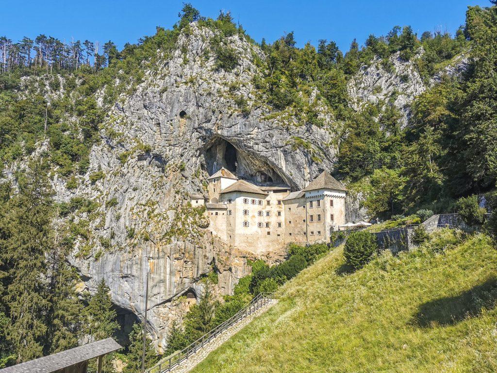 Hrad Predjama - Vybudovali ho pred osemsto rokmi pod previsom skalnej steny vysokej 123 metrov.