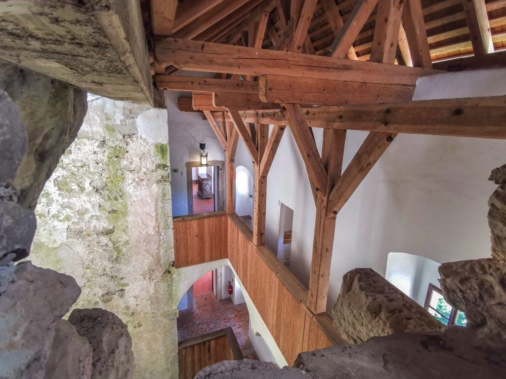 Hrad je zauiímavý tým, že časť je vytesaná priamo v skale