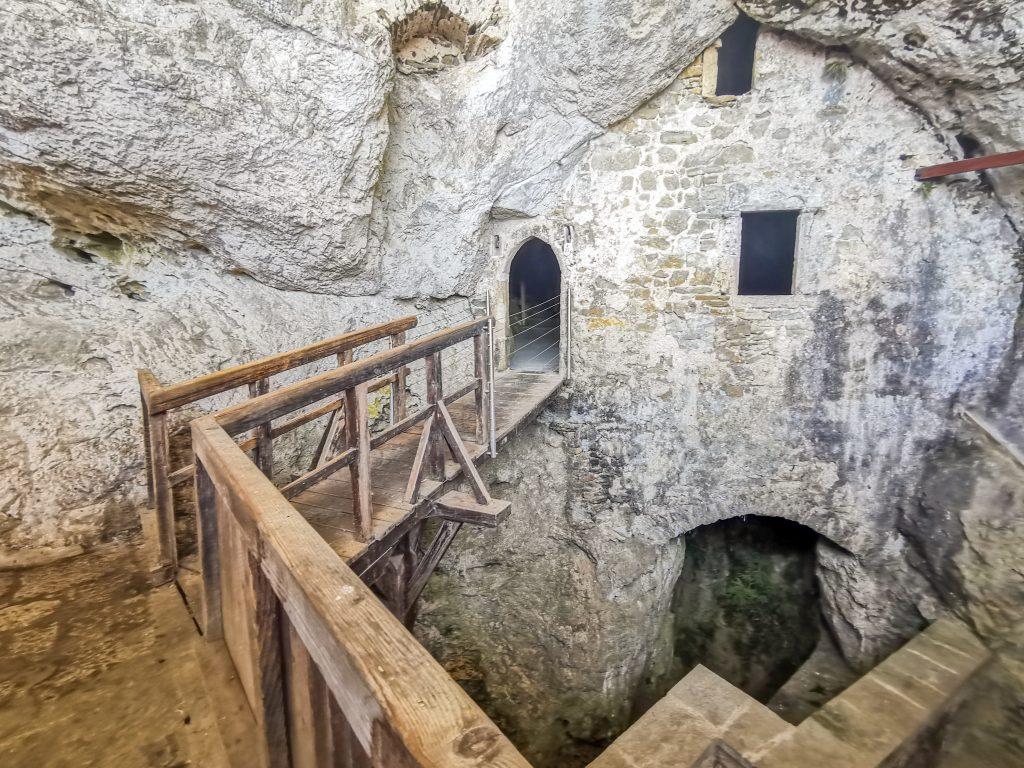 Hrad Predjama v skale