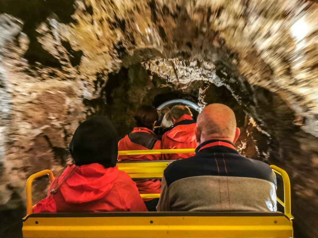 Do jaskyne Postojnska jama vás privezie vláčik