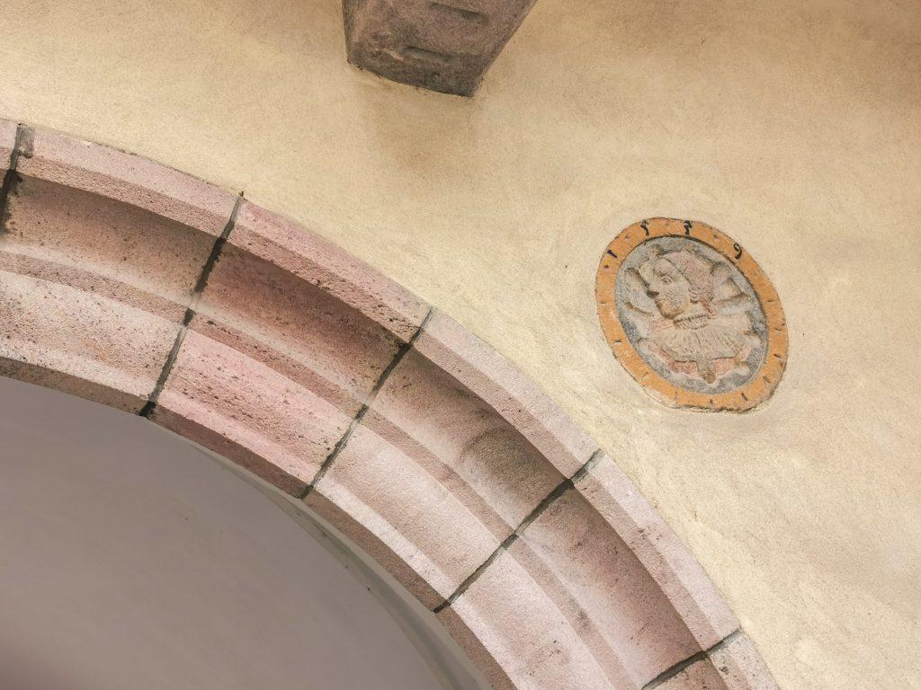 Na priečelí veže barbakanu sú osadené dva portrétne medailóny u z roku 1539 – cisára Ferdinanda I. a jeho manželky – kráľovnej Anny.