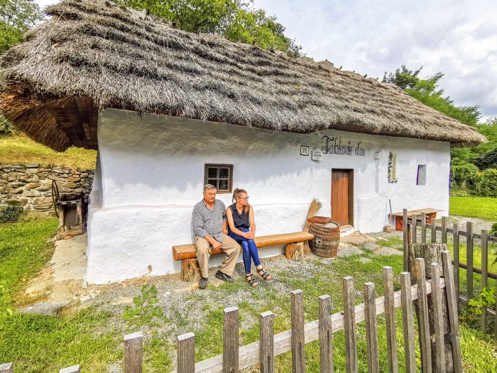 Za horami, za dolami: Pred slameným domčekom v Brehoch