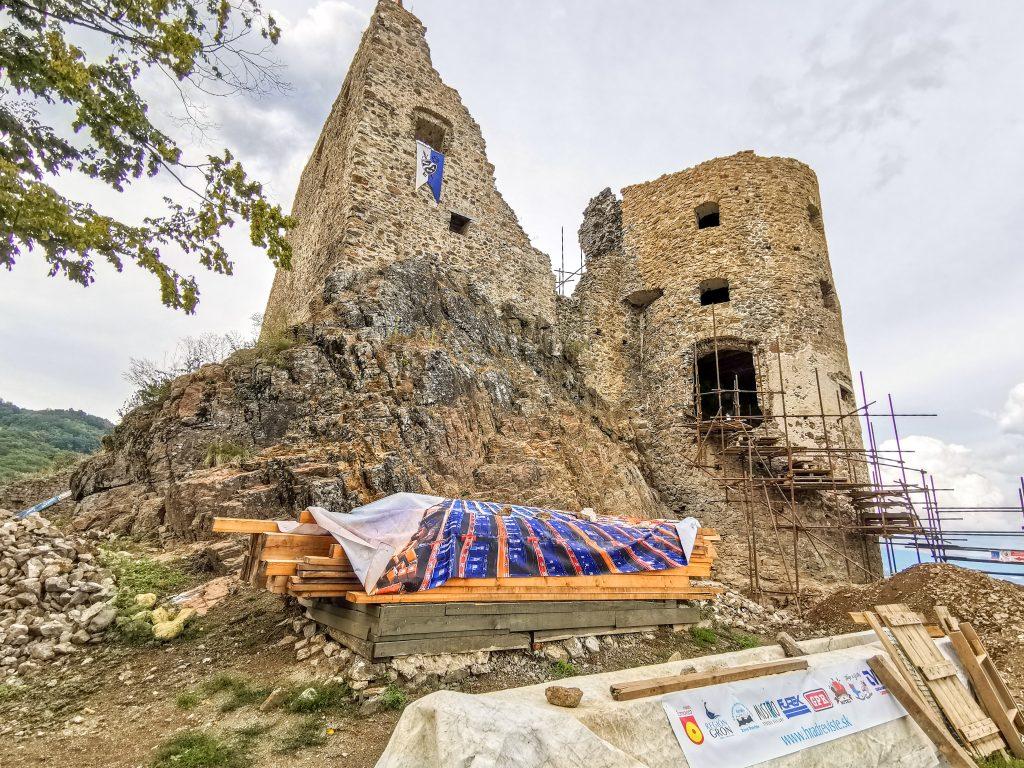 Na hrade prebieha obnova