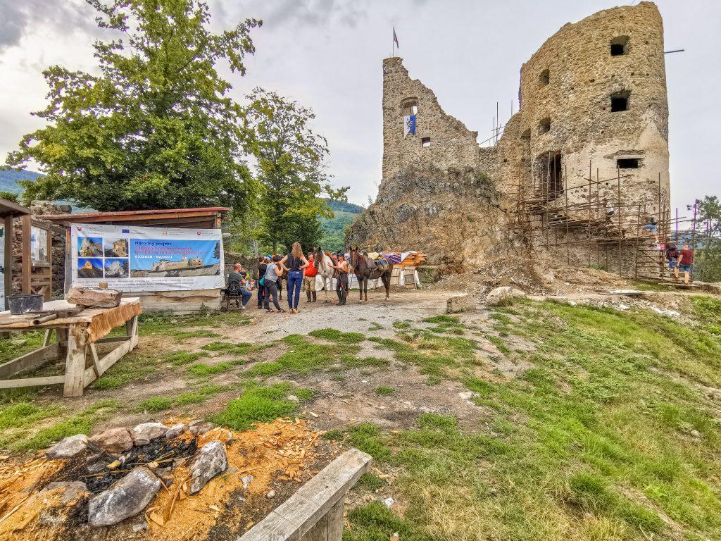 Za horami, za dolami: Hrad Revište Návštevníci z Komárna
