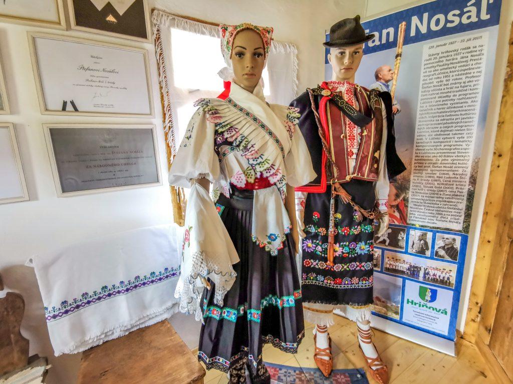 V drevenici je zriadená expozícia tradičnej ľudovej kultúry Podpoľania a pamätná izba prof. Štefana Nosáľa