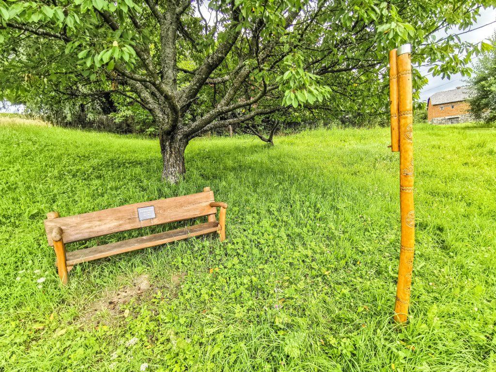 Pamätná lavička a fujara v Hriňovej