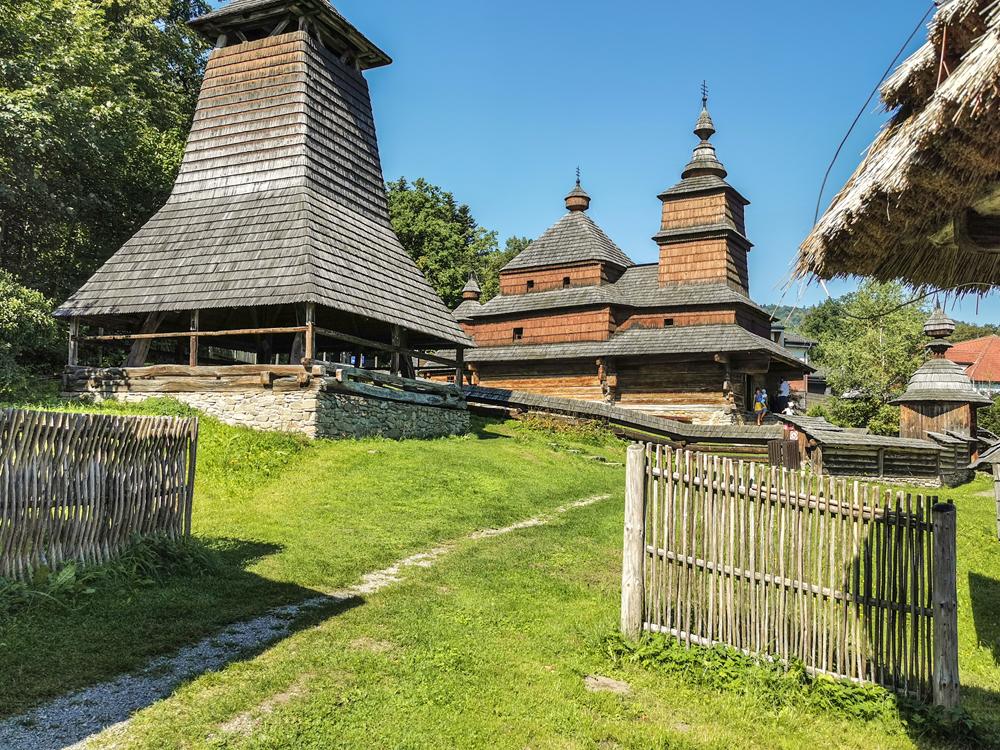Skanzen Bardejov - Drevený kostolík východného obradu z dediny Zboj  a zvonica