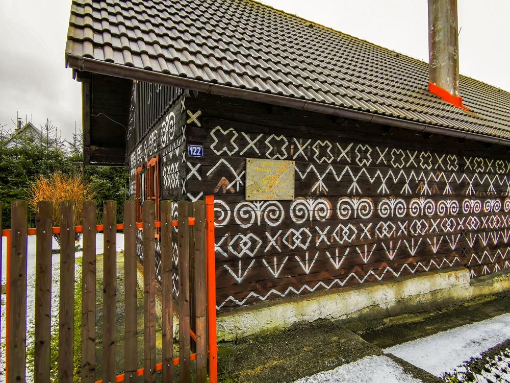 Čičmany - pôvodne mal náter na domoch ochrannú funkciu