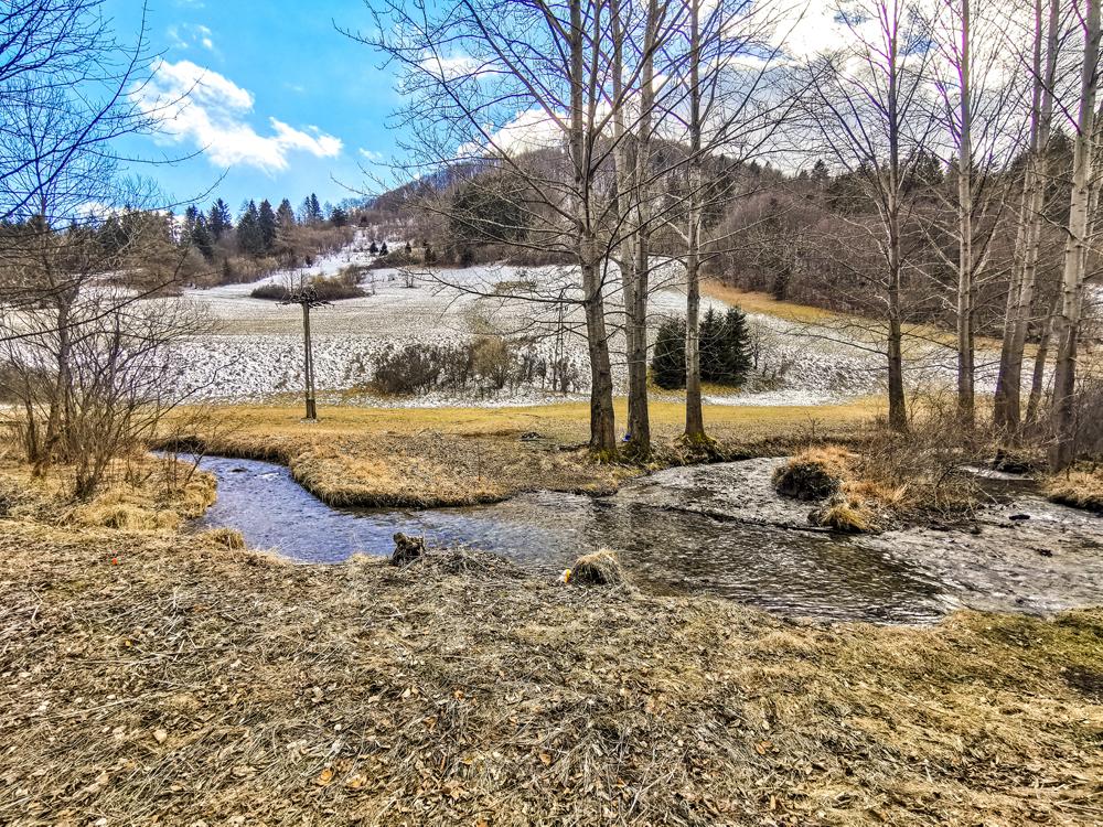 Dolina sa tiahne od obce Rajecká Lesná až pod hrebeň Lúčanskej Fatry