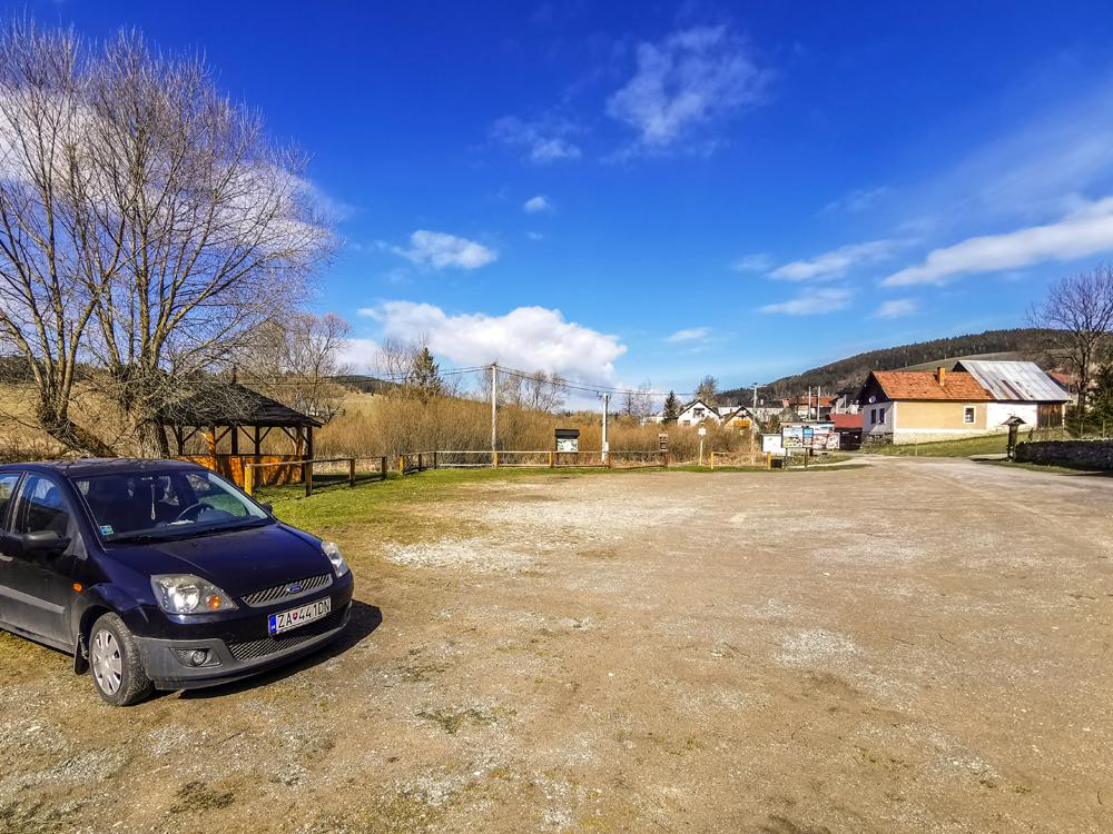 Parkovanie pri cintoríne v obci Veľké Borové