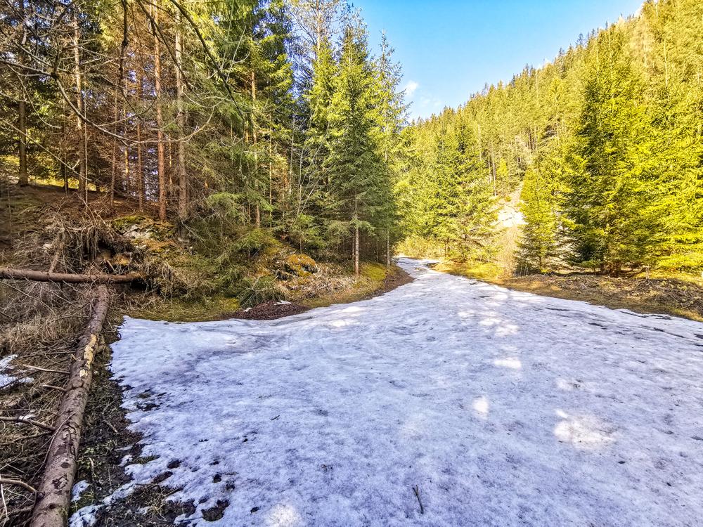 V doline je aj dnes kopa snehu