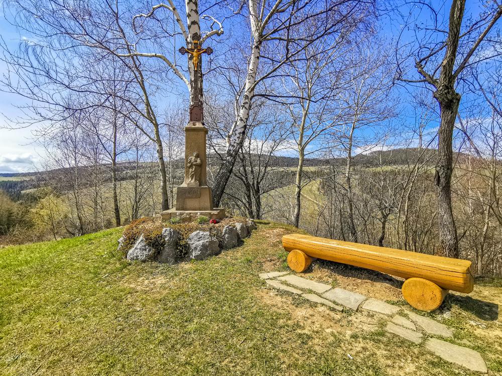 Cestou si môžete oddýchnuť na lavičke pri kríži