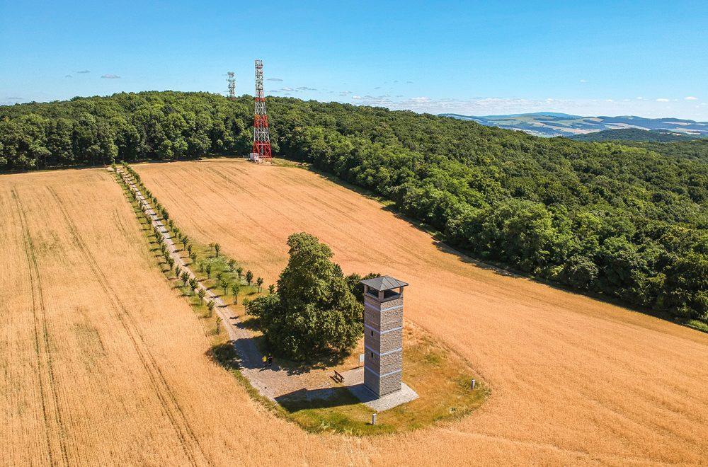 Rozhľadňa Lipky uprostred polí na Záhorí pri obci Unín
