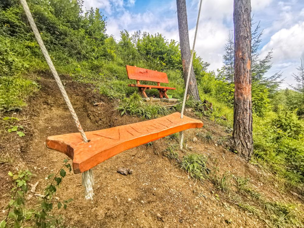 Okrem hojdačky tam je aj lavička