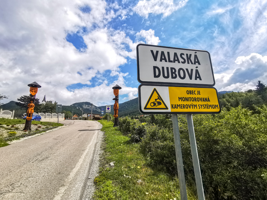 Vstup do obce Valaská Dubová