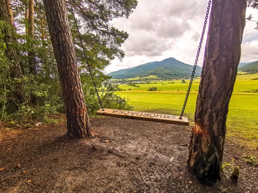 Kláštor pod Znievom - Hojdačka poskytuje výhľad na vrch Zniev