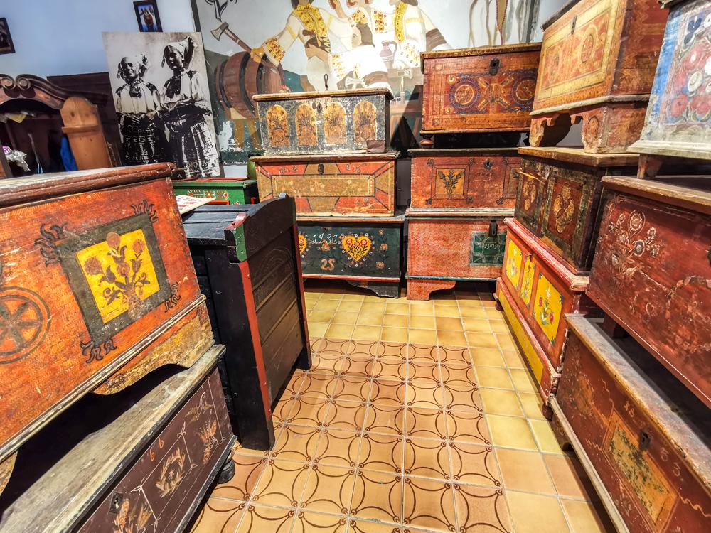 Zbierka obsahuje viac ako 200 truhlíc